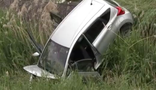 旭川市末広6条8丁目で車が柵を突き破り3メートル下の川に転落。71歳の男性がブレーキとアクセルを踏み間違える。