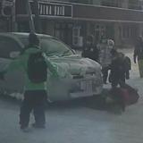 札幌市西区八軒3条東1丁目で車が横断歩道を渡る小学生に信号無視で突っ込む。その決定的瞬間。
